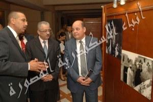 حسين فتحي اثناء شرح الصور في المعرض