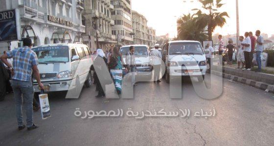 أثناء قيام شرطة المرور بايقاف السيارات الأجرة لتحميل الركاب