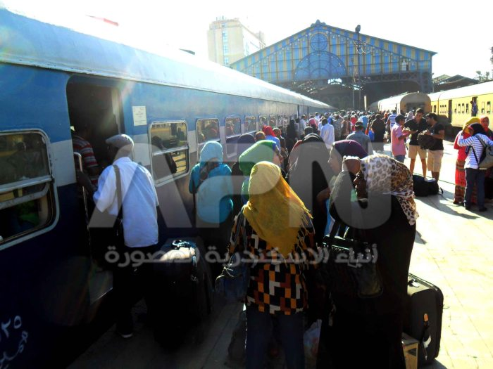 ازدحم رصيف قطار النوبة بالمسافرين و المودعين امس