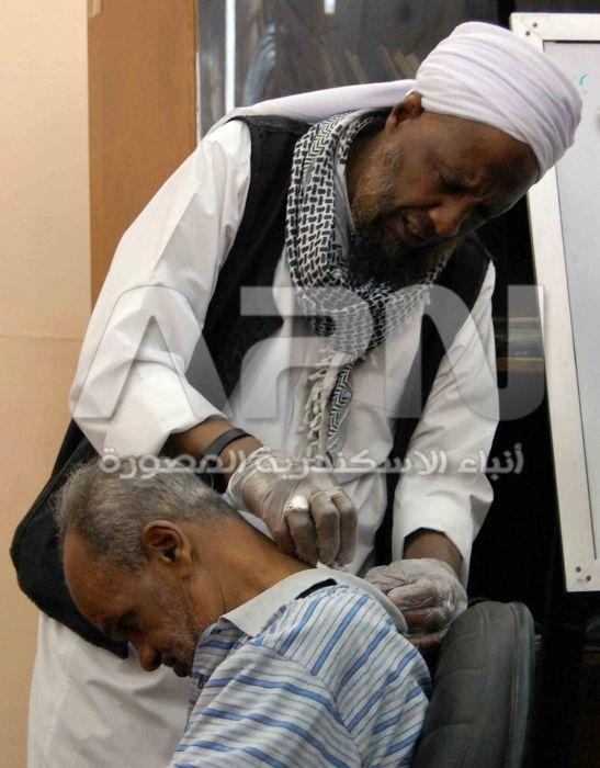 الشيخ صلاح عمر اثناء قيامه بالحجامة لأحد الاشخاص