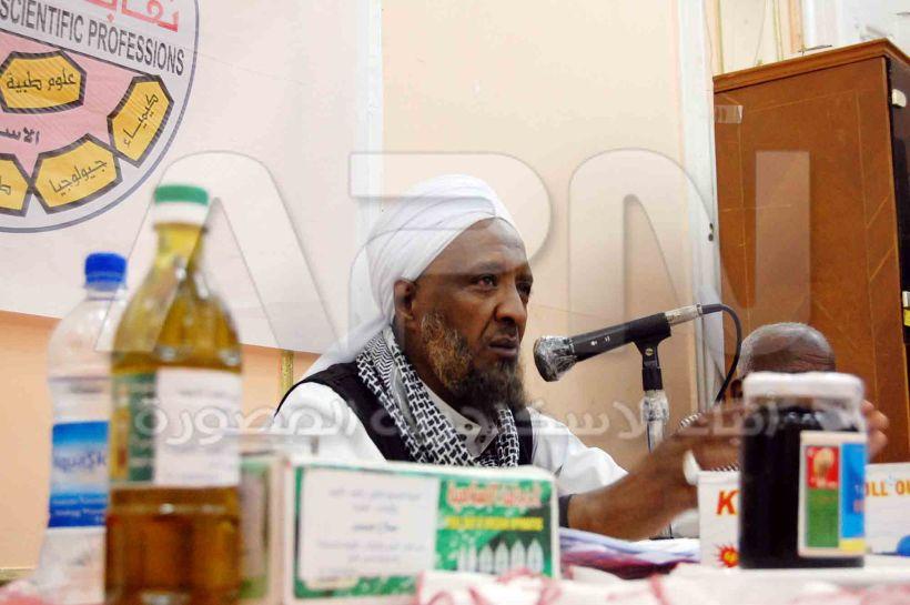 الشيخ صلاح عمر متحدثا في الندوة حول الحجامة في الطب النبوي