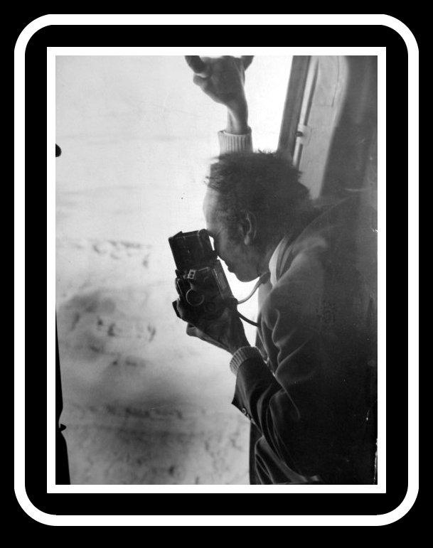 الراحل فتحي حسين يقوم بتصوير احد لقطاته لمعبد ابو سمبل من اعلي طائرة هيلكوبتر
