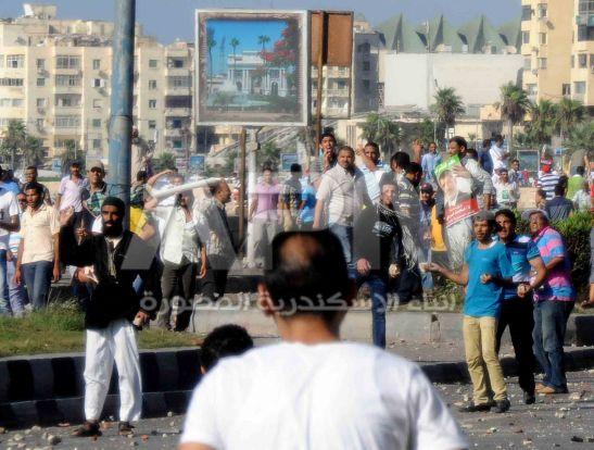 الجماعات الارهابية اثناء اعتدائهم علي اهل الثغر و قطعهم طريق الكورنيش امس الجمعة