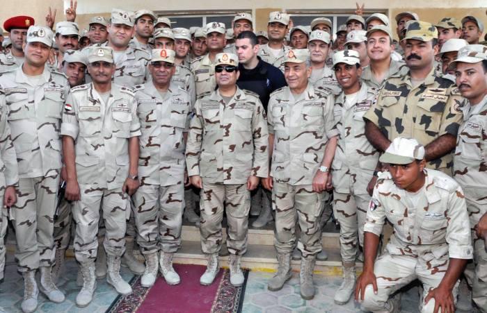 الرئيس بالزي العسكري في سيناء وسط جنوده و ضباطه